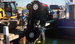 Auto te water in haven Oudeschild