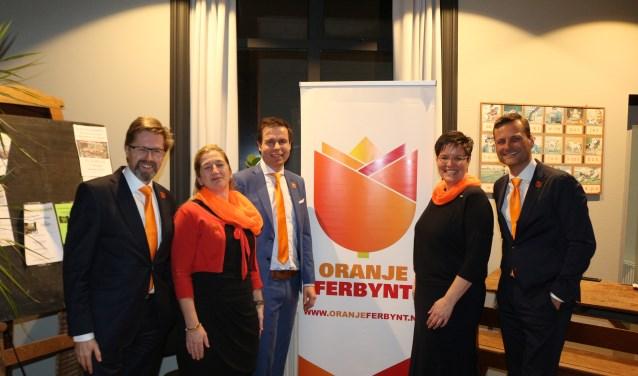 Het bestuur van Oranje Ferbynt is op zoek naar versterking. V.l.n.r.: Frans Haenen, Anthonie Feenstra, Simon Soet, Geesje Duursma en Menno Steenland. Scan de foto voor een filmpje van de Memory Route.
