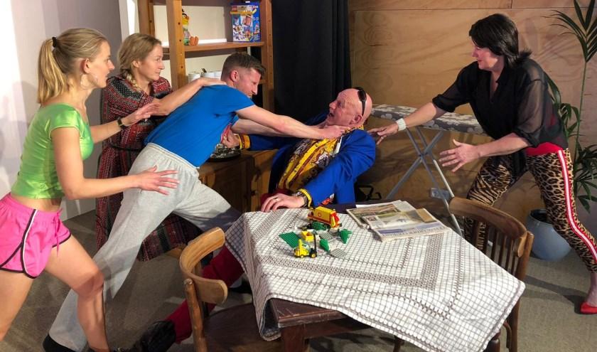 De toneelgroep van Wêz Handich speelt op 1 februari een komedie.