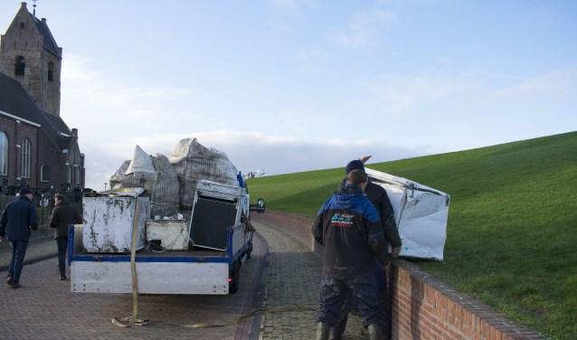 Medewerkers van BDS Maritiem uit Harlingen in actie in Wierum.