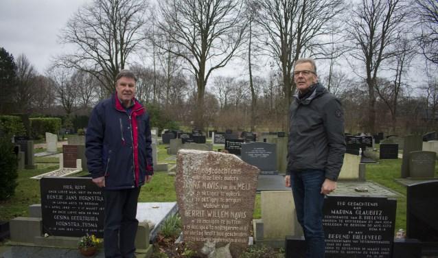 Bernard Bos (links) en Rintje Noppert op begraafplaats Burgum bij één van de ruim zestig bijzondere graven.