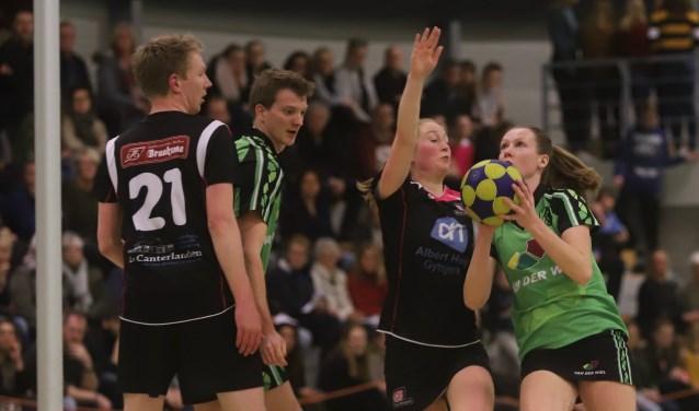Rechts Ilse van der Meulen van KV Drachten, gehinderd door Marije Jager. Bij de paal Wilfred Oostra en links Matthijs Hooghiemstra van De Wâlden.