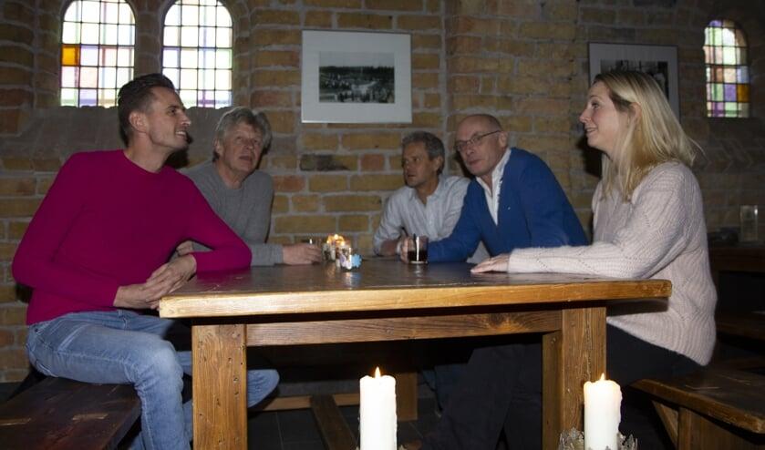 V.l.n.r. acteur Theun Plantinga, schrijver Bouke Oldenhof, producent Sjoek Nutma, regisseur Bruun Kruijt en actrice Alexandra Alphenaar komen bij elkaar voor de eerste besprekingen.