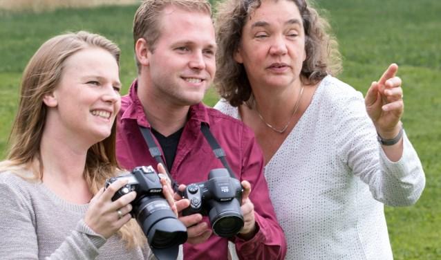 Docent fotografie Greetje Keuning (rechts) in actie.