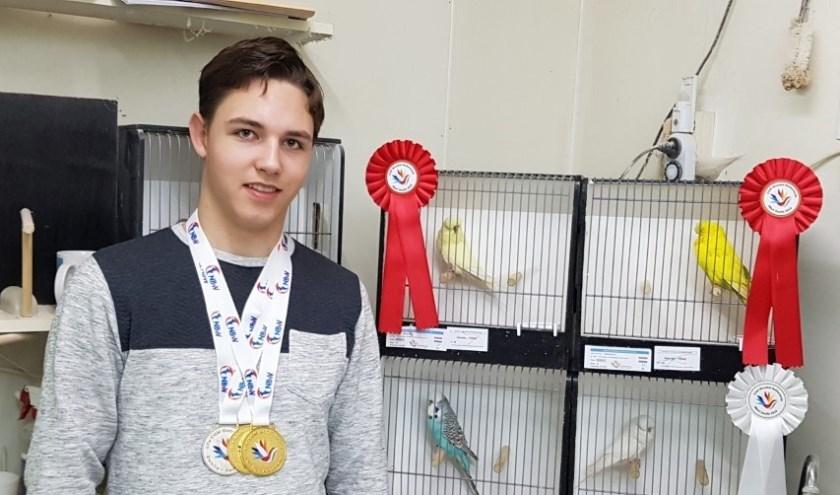 De 15-jarige Hielke Deelstra uit Gytsjerk werd twee keer wereldkampioen met zijn Standaard Grasparkieten.