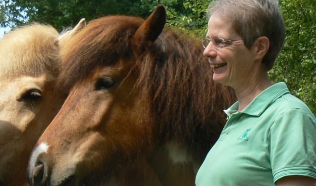 Anneke Hamstra coacht met behulp van paarden.