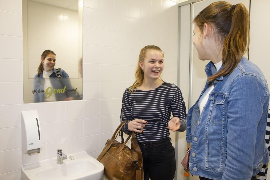 Op de spiegels in de toiletblokken van het Gomarus College staan bemoedigende woorden geschreven. In de hele school laten details zien dat het een christelijke school is waar leerlingen zich veilig en geborgen mogen voelen. Foto: Actief Media © Actief Media