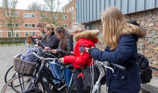Deze leerlingen van het Singelland geven het goede voorbeeld: een appje sturen? Dan even stoppen met fietsen. De campagne van VVN richt zich op leerlingen van basisscholen.