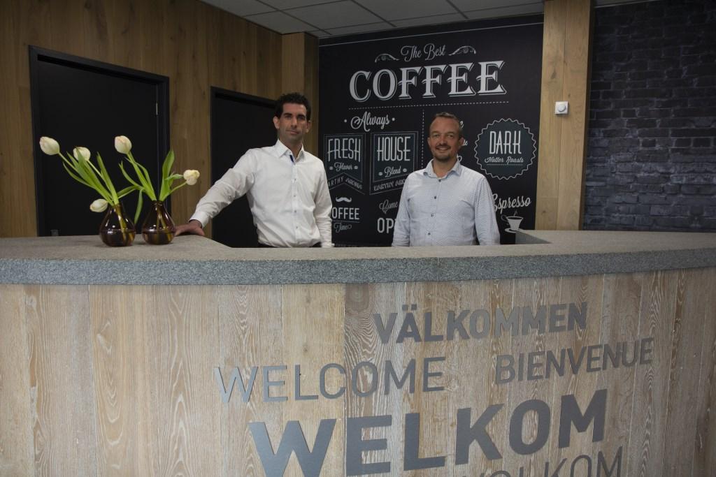 Financieel adviseurs Daniël Keizer (links) en Marcel Annema (rechts) achter de balie van het kantoorpand. Foto: Actief Media © Actief Media