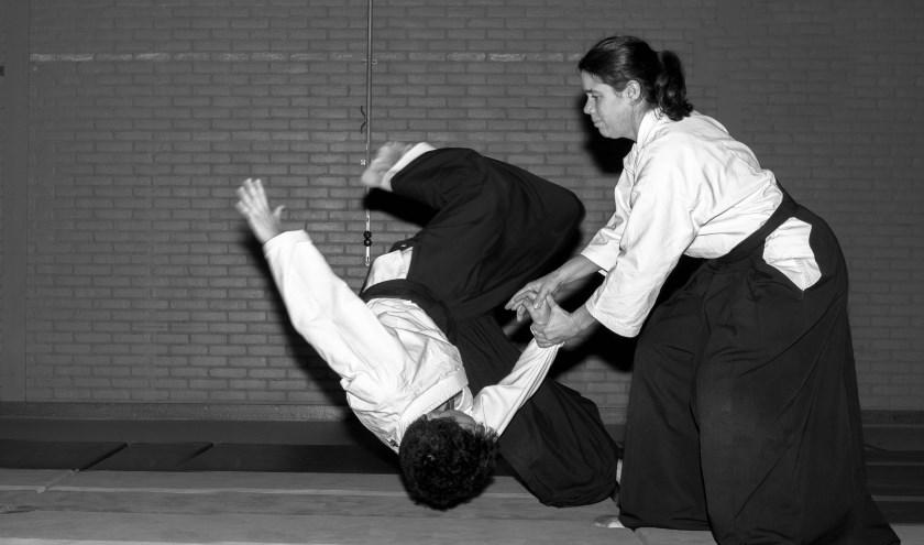 Aikido-docente Wytske de Wit (rechts) traint met haar leerlingen in de sportschool. In het filmpje is een aantal oefenvormen te zien.