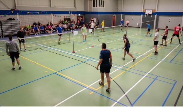 Het reünietoernooi van It Plùmke trok veel actieve badmintonners.