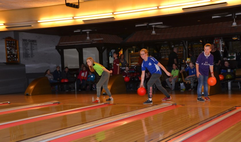 Bowlers in actie voor het landelijk kampioenschap schoolbowlen.