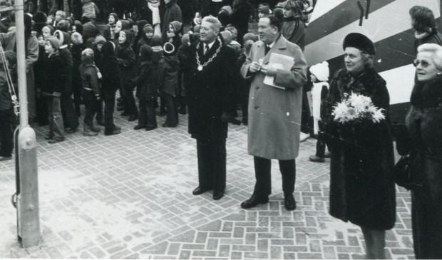 Commissaris van de Koningin Hedzer Rijpstra, geflankeerd door burgemeester Ebele Talstra, opent de nieuwe sporthal.