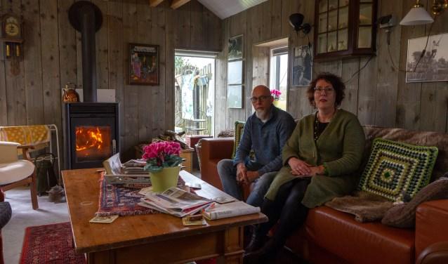 Henk en Aagje zitten in de gezellige woonkamer van de dagbesteding. In deze ruimte worden ook workshops gegeven.