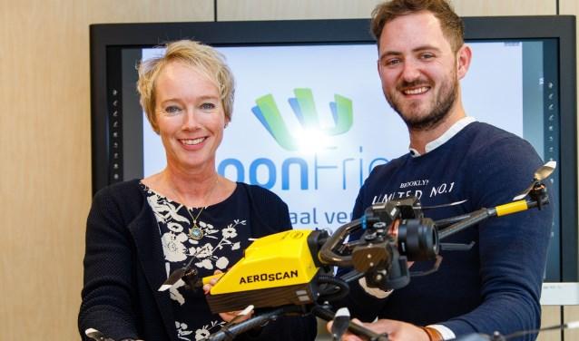 Directeur-bestuurder WoonFriesland Sigrid Hoekstra en Mark Nicolai,  directeur Aeroscan, met een drone.