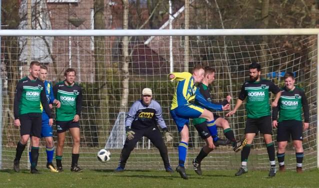 Johannes Couperus van Eastermar probeert tevergeefs keeper Rick Ypma van TFS te passeren. Tweede van links is Gjalt Veenstra van Eastermar.
