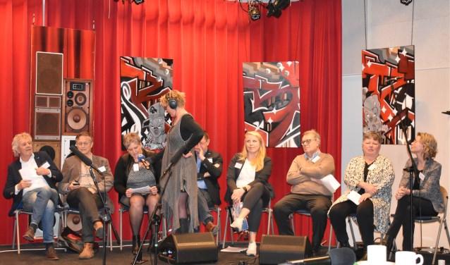 V.l.n.r.: Bé de Winter (CDA), Jan Dogterom (50Plus), Gerda Bos-Jonkman (VVD), Simone Scheffer (omrop), Bram Bonnema (FNP), Tieneke Clevering (Water Natuurlijk), Sjerp de Jong (Lagere Lasten Burger), Henni van Asten (PvdA) en Suzanne van Wylick (Partij voor de Dieren). Egbert Berenst (ChristenUnie) deed niet mee: het was zondag.