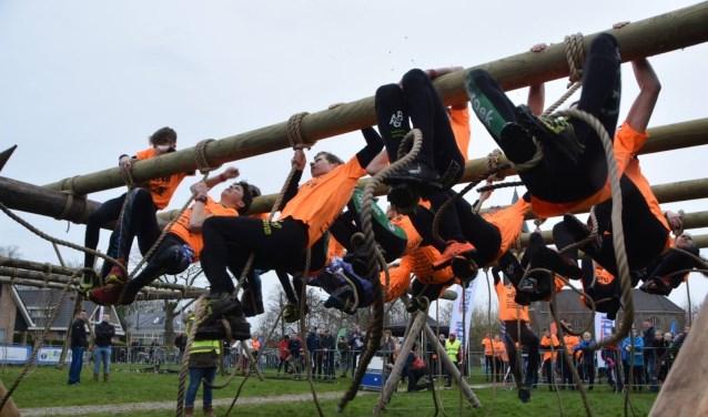 De jeugdige deelnemers van de survivalrun van 12 tot en met 14 jaar in de starthindernis.
