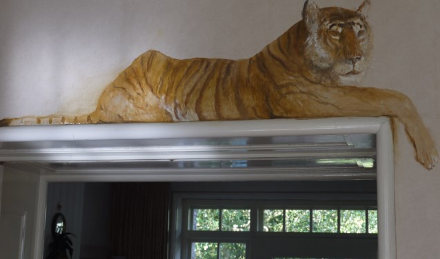 Deze tijger is één van de geschilderde dieren in het huis van Jan van der Kooi.