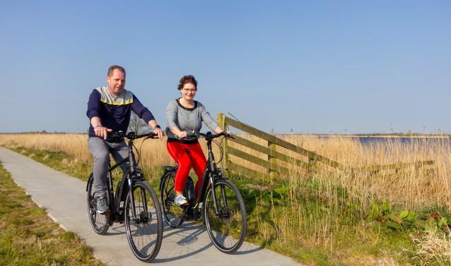 Iede en Marga de Boer genieten van het voorjaar op de nieuwste e-bikes van Merida.