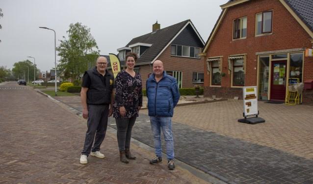 De ondernemers Wander Schotanus, Caroline Postma en Romke Dijkstra zijn blij dat de Doarpsstrjitte weer helemaal gereed is.