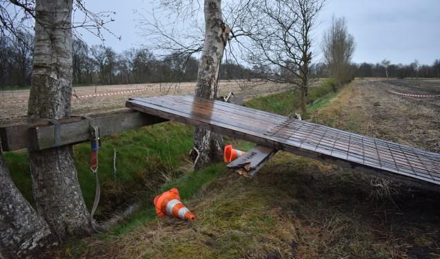 Een springplank voor de moedigste motorcrossers bij Opende (Gr.). Omrijden mag ook.