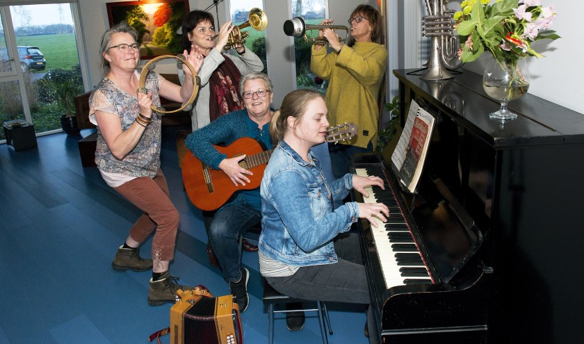 De Culturele Commissie Tytsjerk. V.l.n.r. Marja Riedstra, Ineke Kalteren, Jacquelien van der Veen, Anneke Bakker en Celia Tjassing.