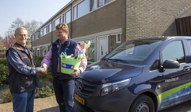 Eisse Medema krijgt zijn prijs overhandigt van adviseur van Mezutec Albert van der Veen.