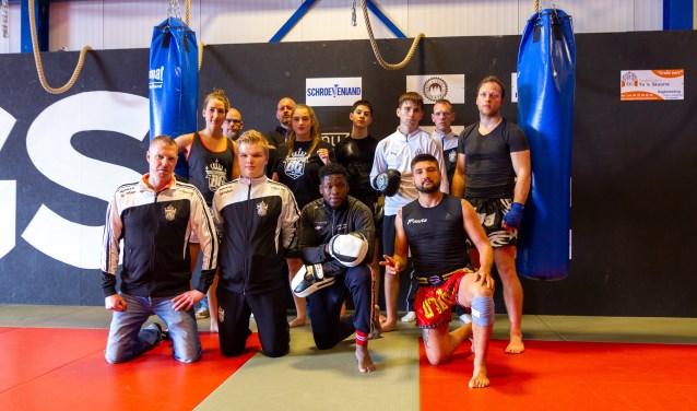 Een aantal sporters na een intensieve training van FightKings BG. Linksvoor de jeugdtrainers Jeroen de Vent en Bindert van der Veen, in het midden Melisa Darsi, rechtsvoor (met het rode broekje) Ernest Colic.