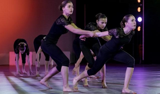 De jazzdansgroep van ModèstoDûns  in de B-categorie tot en met 16 jaar  in actie.