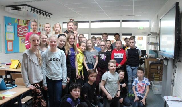 De leerlingen van groep 8 van CBS De Arke in Burgum doen mee aan 'Adopteer een monument'.
