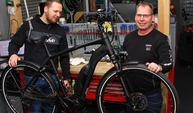 Daniël de Jong en Iede de Boer in de open werkplaats.