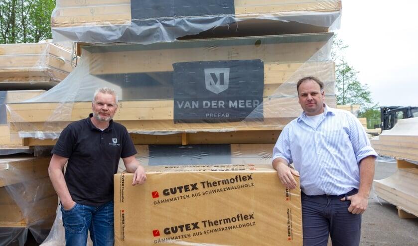 Foppe Land en Foppe van der Meer voor wanden gemaakt volgens het nieuwe systeem met houtwol isolatiemateriaal.