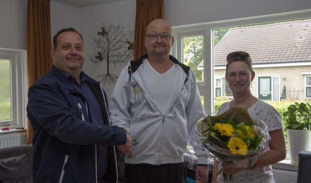 Directeur van Mezutec Jelle Booi feliciteert Wouter en Angelina Compeer met hun gewonnen waterontharder.