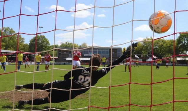 Jari Slort geeft keeper Nick Baars van FC Lisse geen kans en benut depenalty: 1-0. Bekijk ook het filmpje via de ActiefPlus-app.