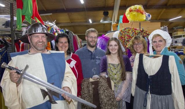 De vrijwilligers bij het Observeum die de middeleeeuwse dag organiseren, v.l.n.r. Geert Leistra, Jennifer Eerdmans, Melvin van der Veen, Mirjam Zijlstra, Carla Buscher (van kledingverhuurbedrijf Outfit) en Ant Wiersma.