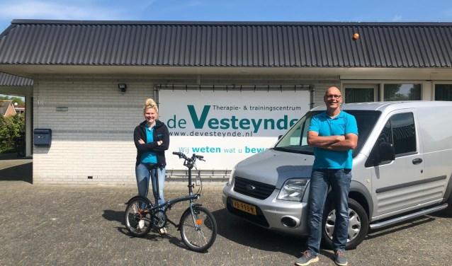 Fysiotherapeut Floor van Loenen en eigenaar Kornelis Bijlsma voor het pand van De Vesteynde in De Westereen.