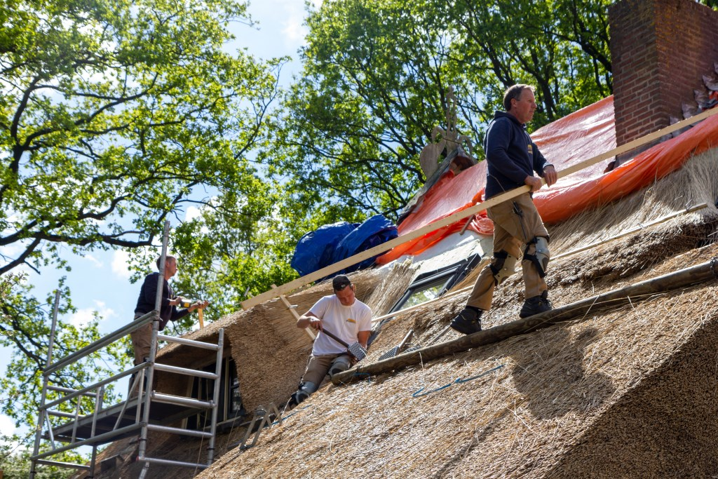 Op het dak werken van links naar rechts Harm Jonker, Piet Jacob Meinsma en Feije Sikkema. Foto: Actief Media © Actief Media
