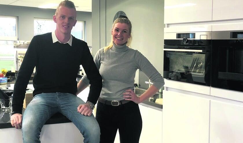 """Ondernemer Wietse Kuipers met rechts gastvrouw Elianne Beerstra. """"Mooi wonen, daarvoor ga ik als ondernemer. Daarbij wil ik het de mensen zo gemakkelijk mogelijk maken."""""""