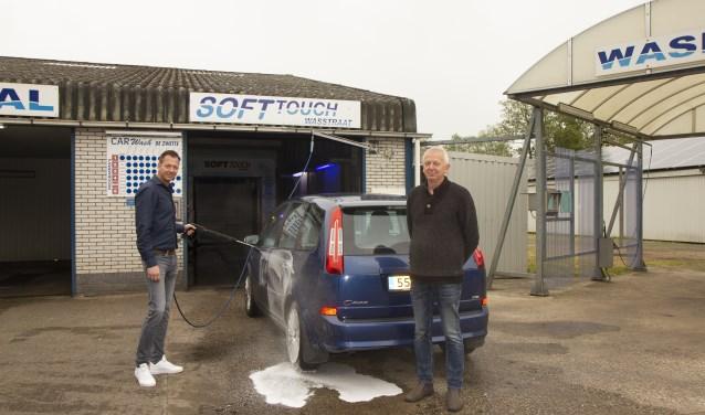 Anne Jan (l.) en Yde Lourens (r.). Autobedrijf en carwash De Zwette bestaat 25 jaar. Achter de carport het dak met zonnepanelen.