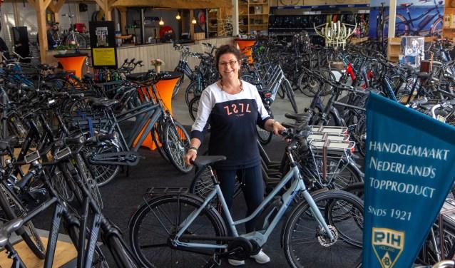 Marga de Boer is in haar element in de showroom. De Boer Tweewielers heeft meer dan 250 fietsen op voorraad.