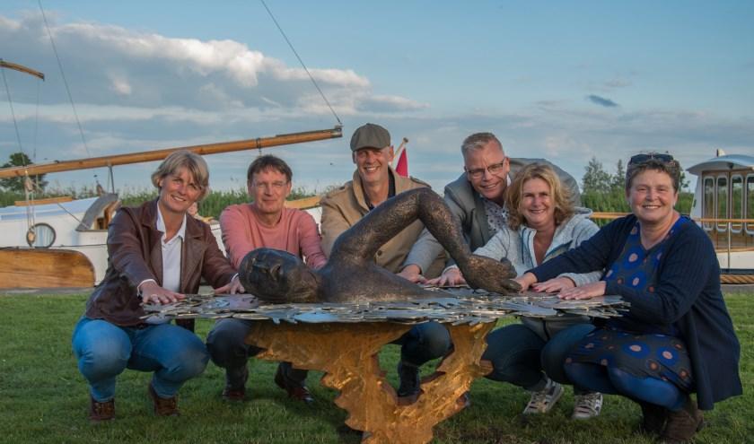 De initiatiefgroep die het kunstwerk realiseerde. V.l.n.r. Anita van der Weide, Ronald Noppers, Hans Jouta, Jenno Terpstra, Monique Reitsema en Babs Gezelle Meerburg.