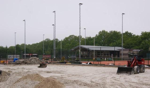 Op het open tennispark van TSO in Surhuisterveen worden de padelbanen aangelegd.