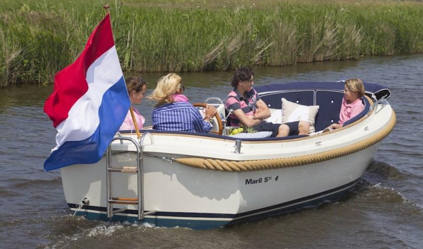 Huur een luxe sloep bij verhuurbedrijf Alde Feanen in Earenwâld en geniet van een heerlijke ontspannen dag op het water.