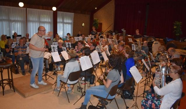 De Lofstem in Sumar repeteert voor het jubileum, onder leiding van dirigent Jan Geert Nagel.