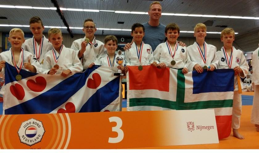 De jongens van de Judo Kings staan op de foto met internationaal toptalent Frank de Wit die de medailles namens de judobond uitdeelde.