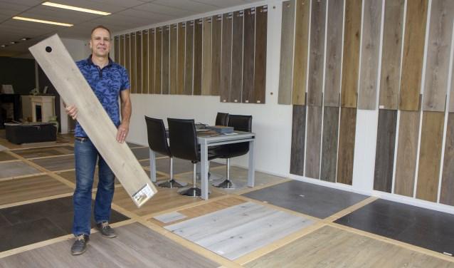 Klaas Algra van Tabak Keukens in Drachten toont de vele opties die er zijn in PVC en keramische tegels.
