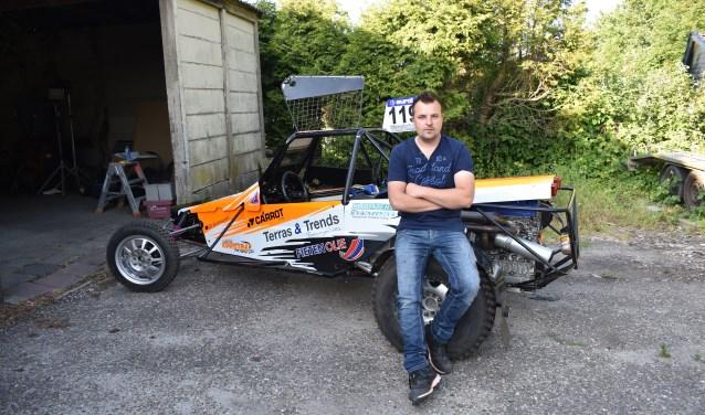 Arjen Kooistra uit Garyp met z'n crossauto (2000 cc-Sprintklasse).