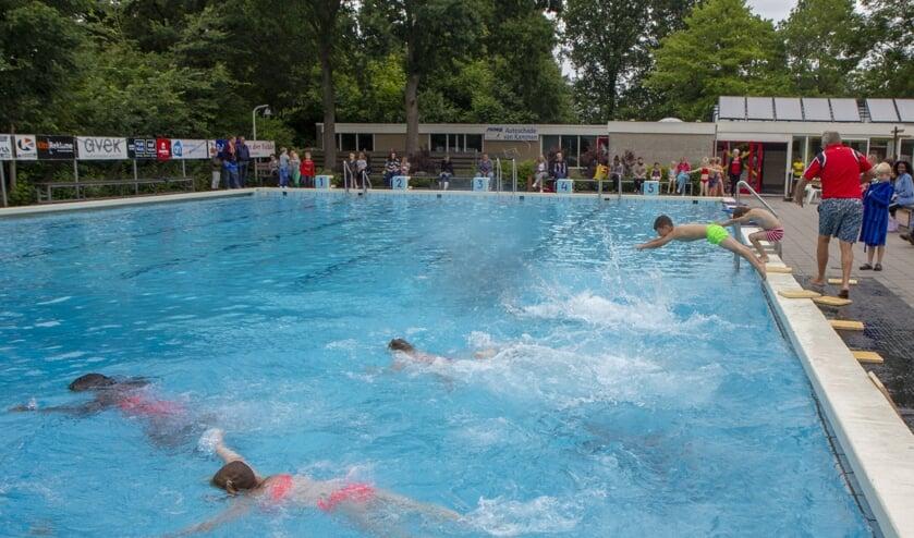 Drijven in het water is een belangrijke vaardigheid voor het leren zwemmen. Ook voor het leren van de borstcrawltechniek is dit een essentieel element. Zie het filmpje achter de foto met je app.