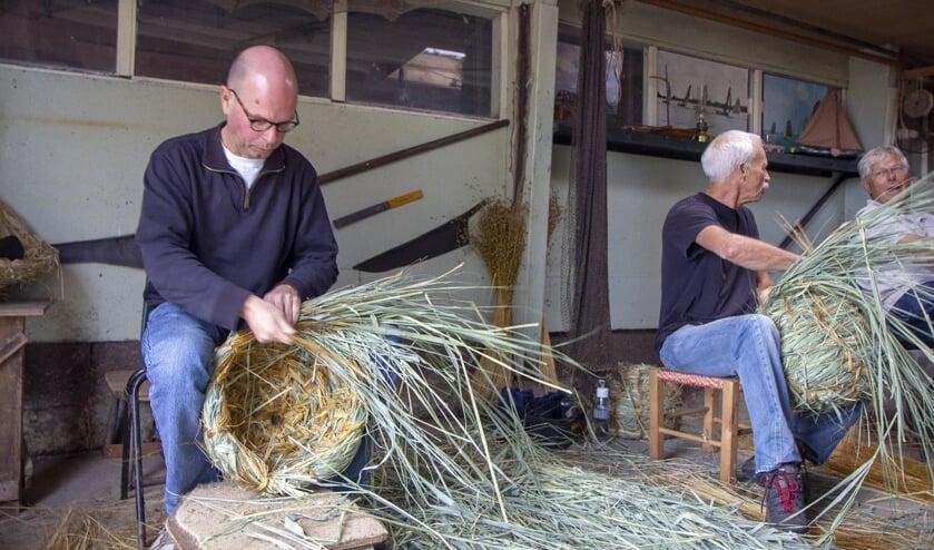 Mees Nauta heeft bijzondere hobby´s. Tijdens de vlasroute demonstreert hij het leerlooien van vissenhuiden en het korven vlechten dat hij leerde bij Fryske Feriening fan Einekoerflechters De Strampel.